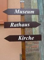 Ditfurt verfügt über ein Museum, ein Rathaus und eine Kirche.